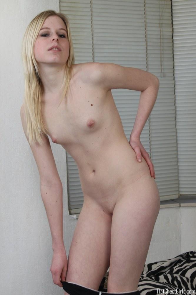 Bottomless female peeing
